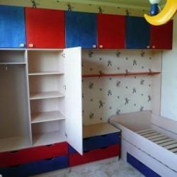 Bērnu istabas mēbeles ar koka gultu