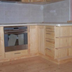 Koka virtuves iekārta no galdniecības