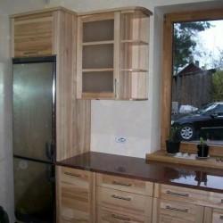 Skaista koka virtuves iekārta ikvienam.