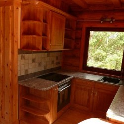 Stūra koka virtuves iekārta no galdniecības